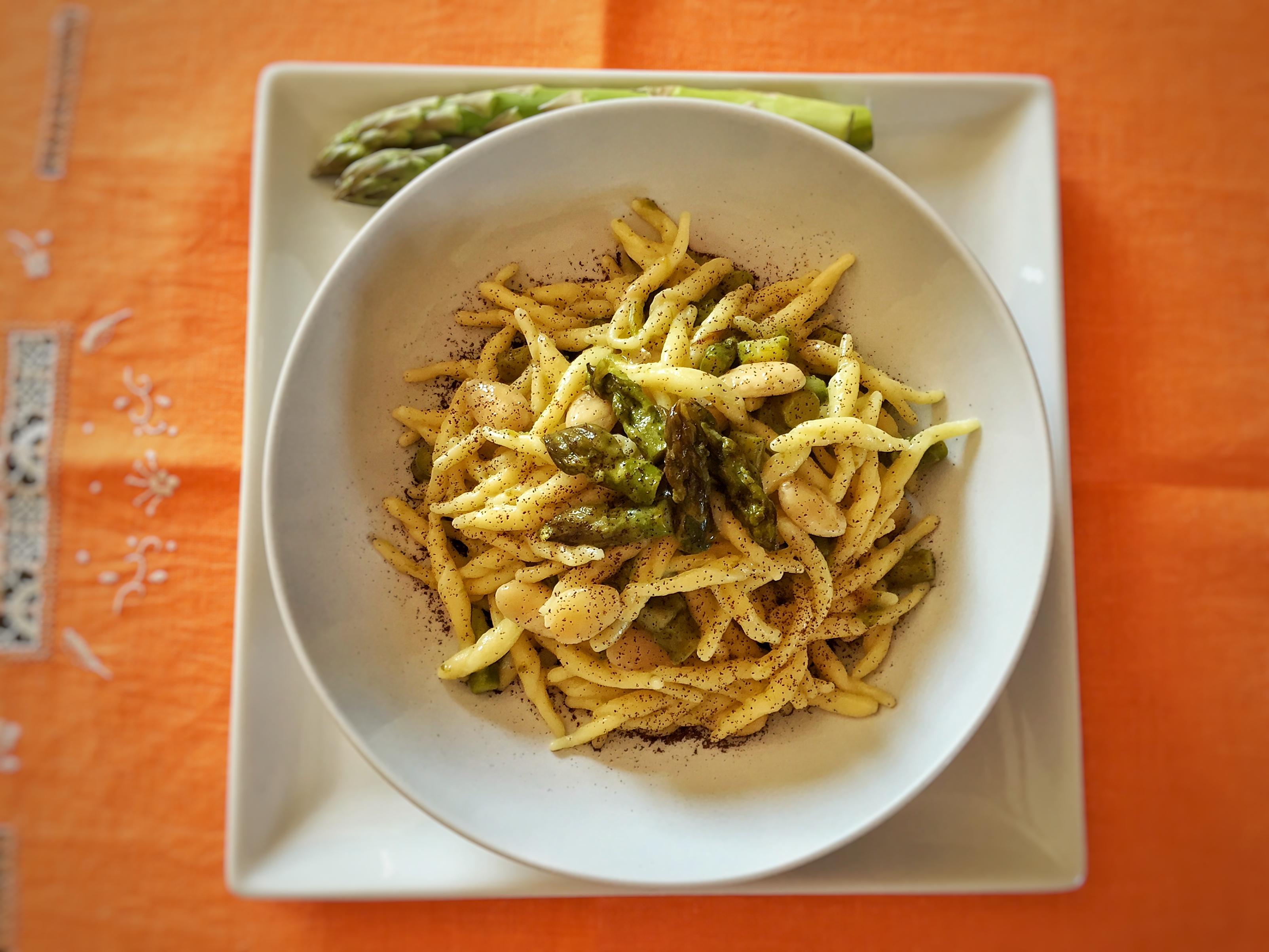 Trofie con asparagi, mandorle e polvere di caffè