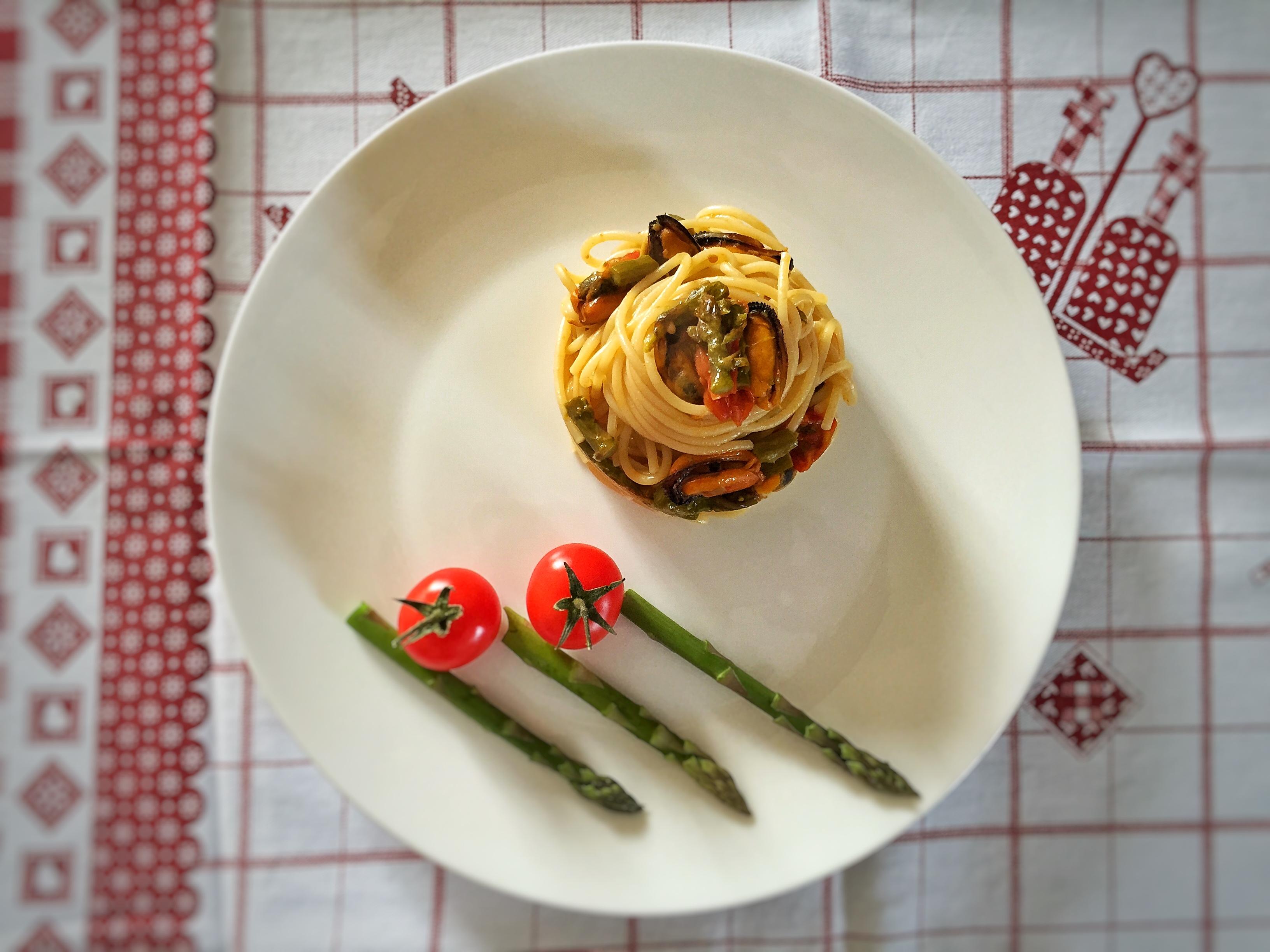 Spaghetti con asparagi, cozze e pomodorini