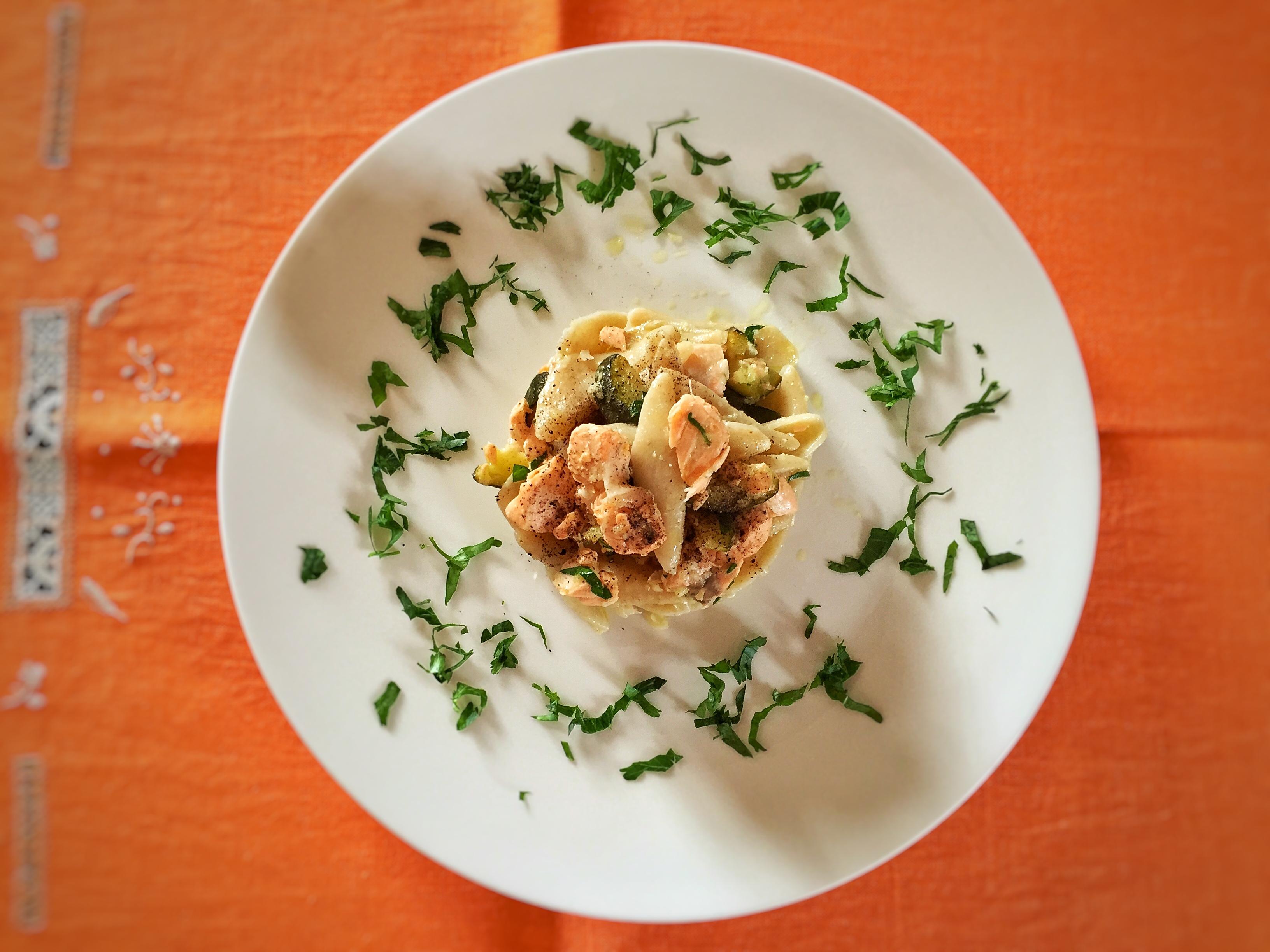 Maccheroni integrali con salmone, zucchine e yogurt