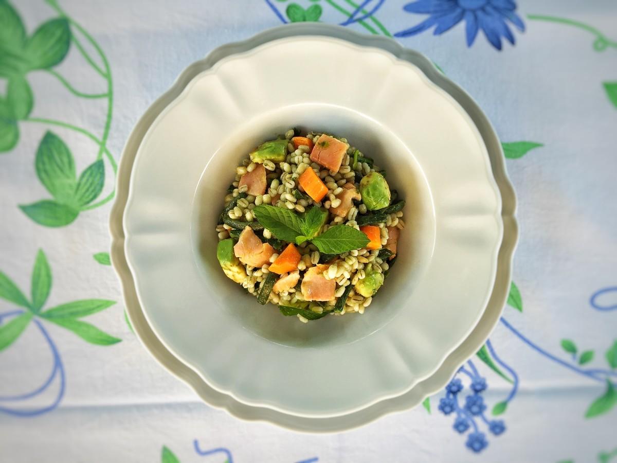 Orzo con verdure, salmone e avocado