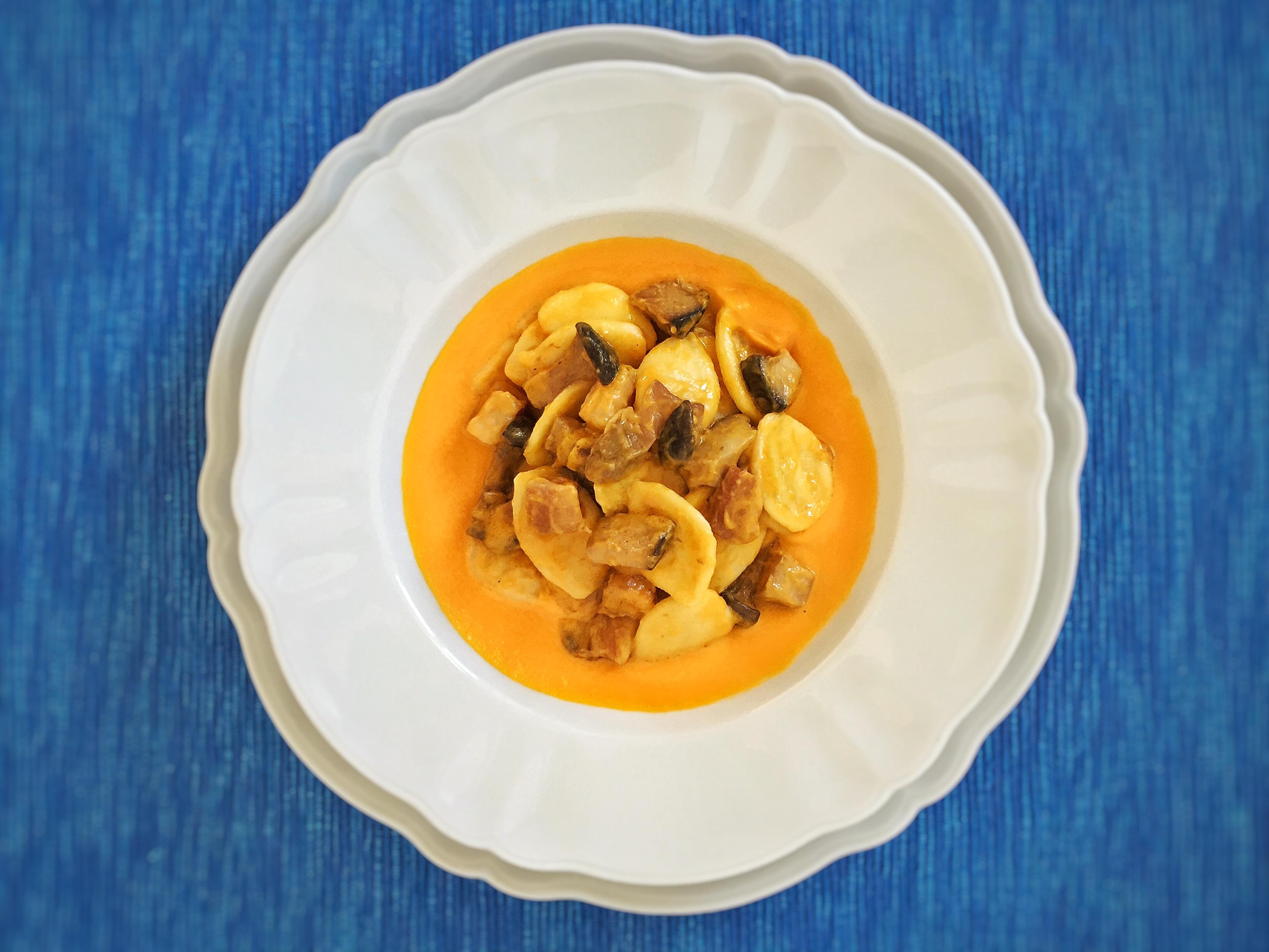 Orecchiette funghi e pancetta su crema di zucca