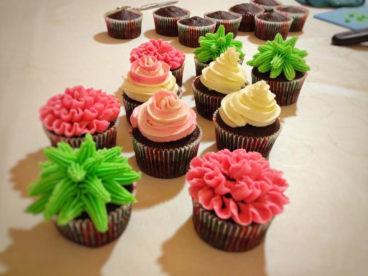 Cupcakes al cioccolato decorati con crema al burro