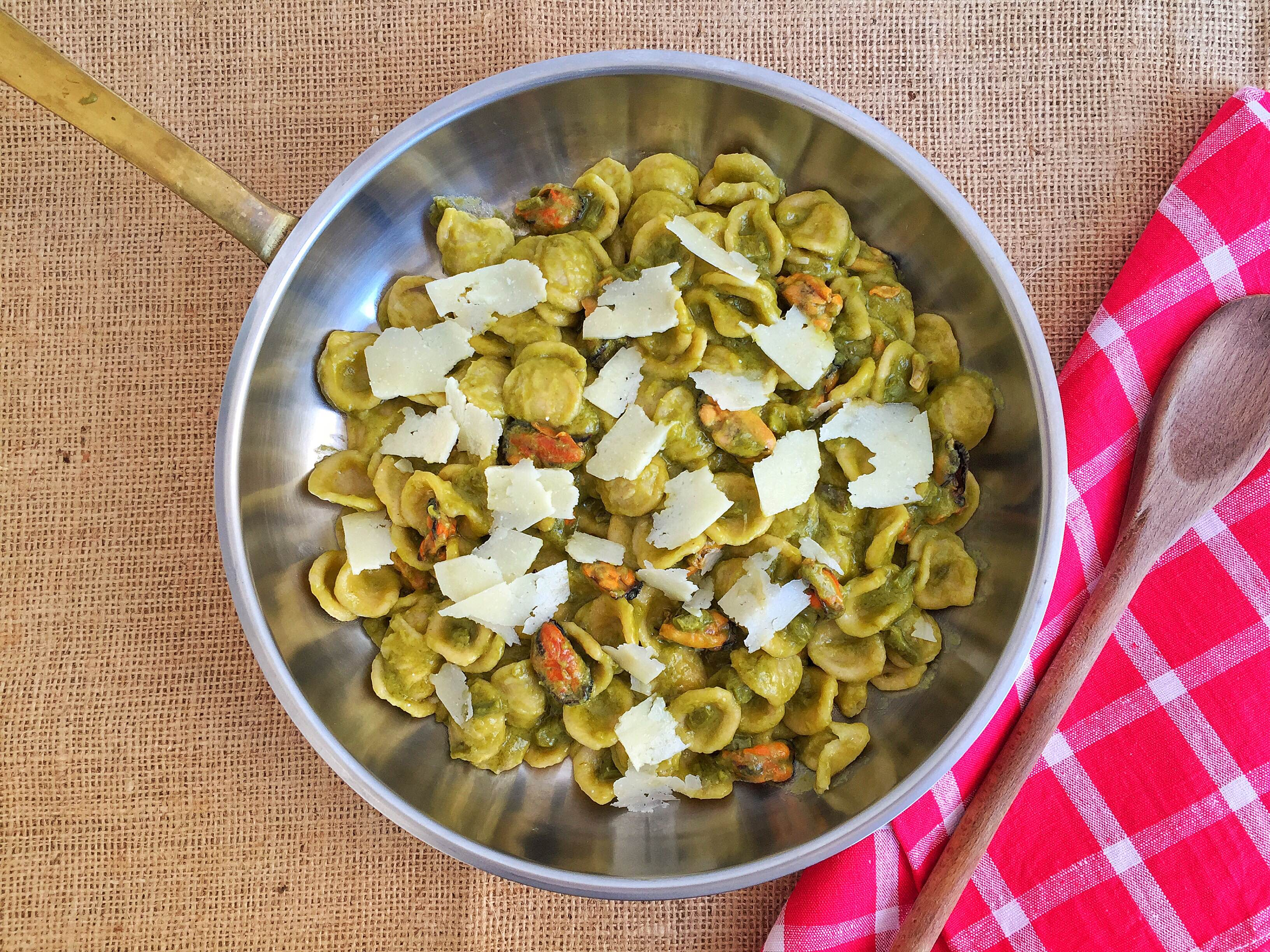 Orecchiette con asparagi, cozze e pecorino