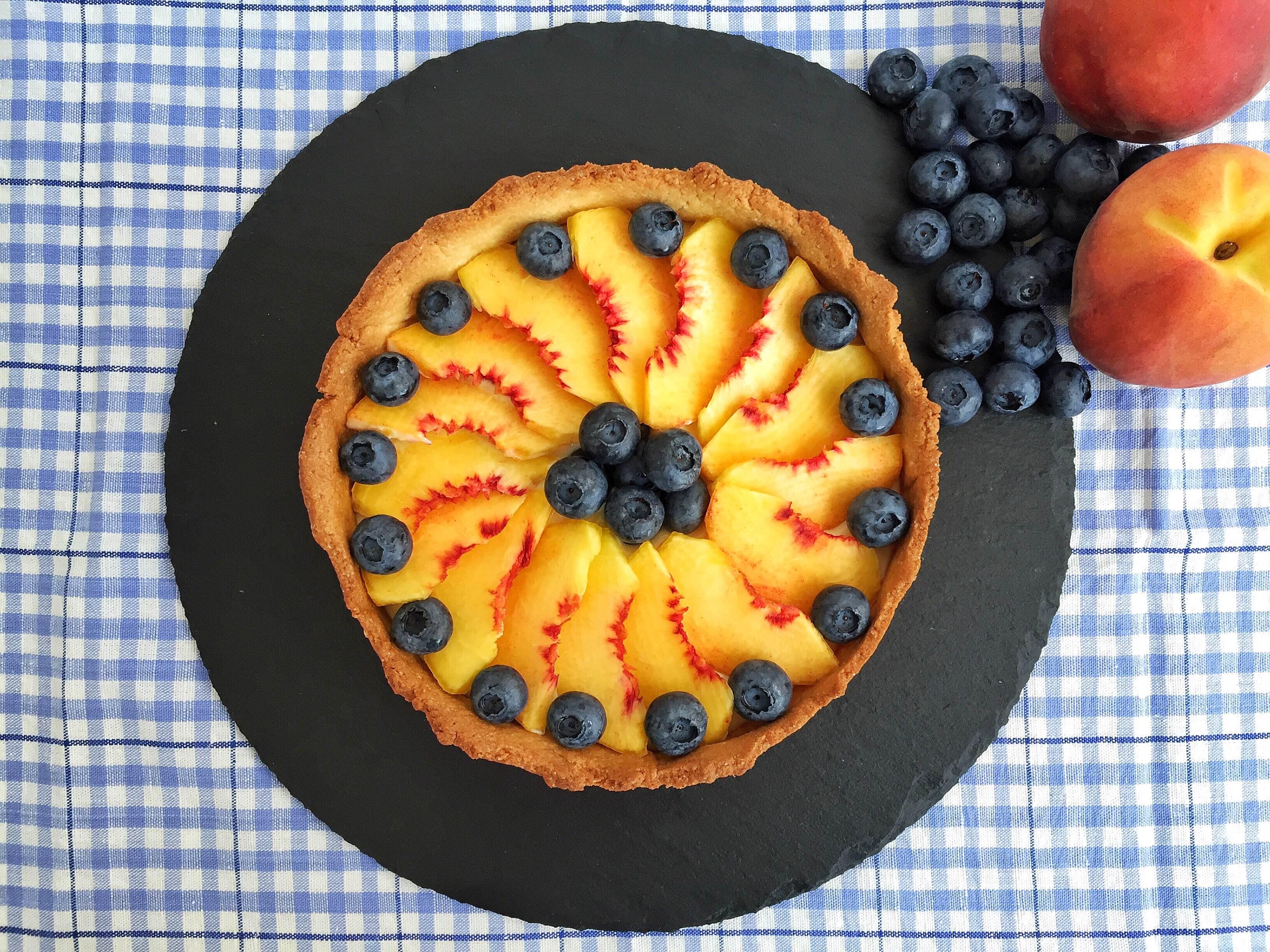 Crostata con crema di mandorle e frutta fresca