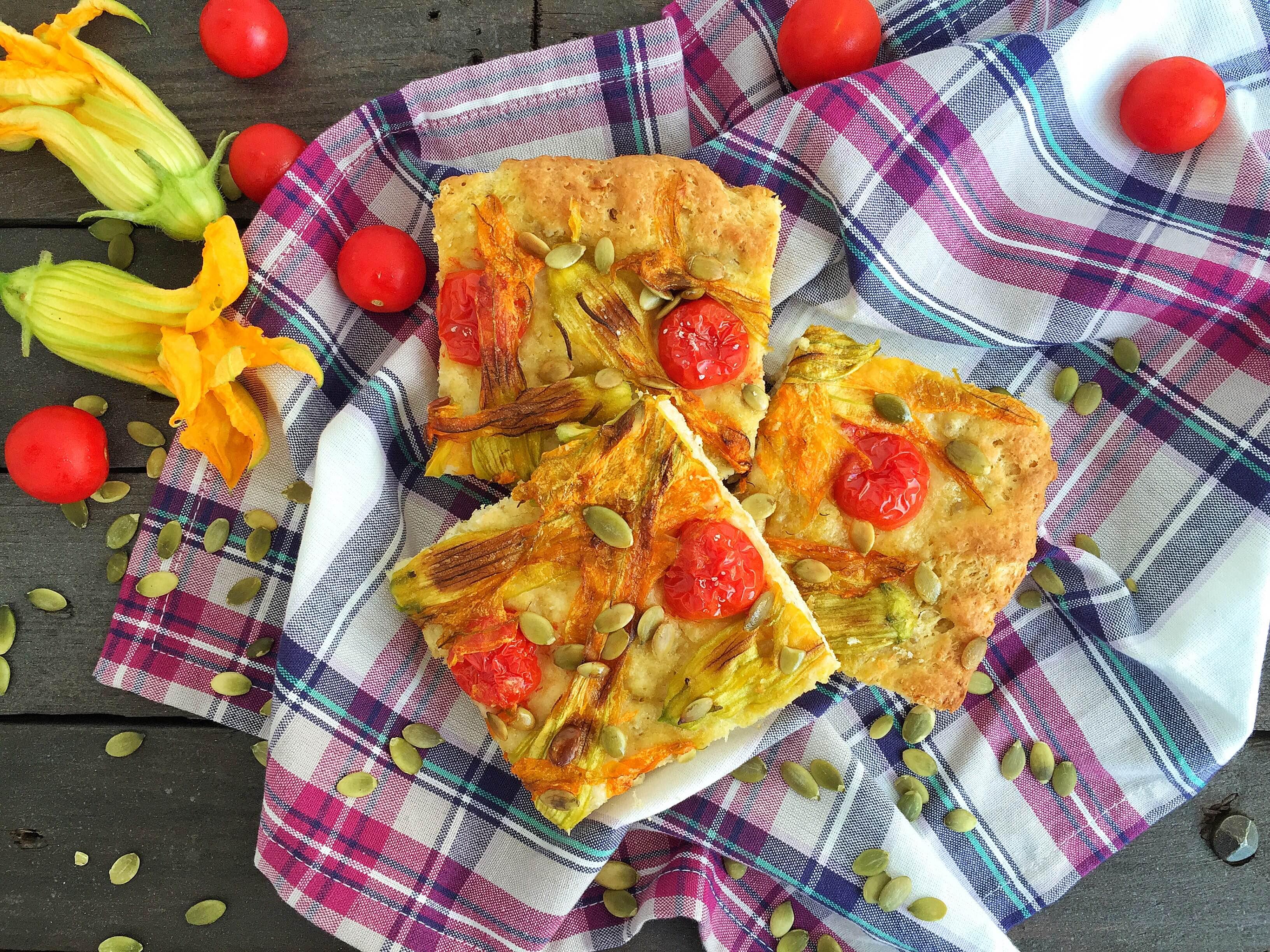 Focaccia con fiori di zucca e pomodorini