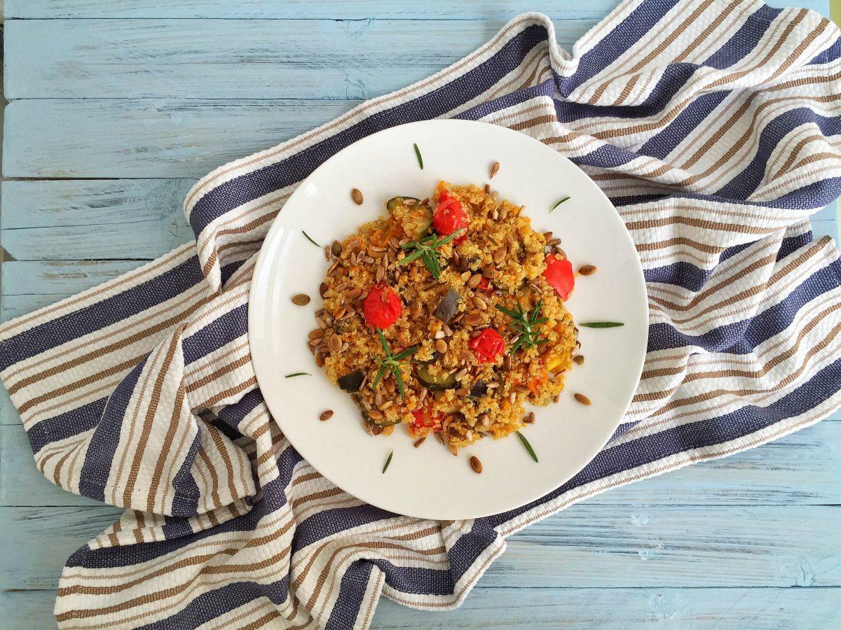 Quinoa con mix di verdure e semi tostati