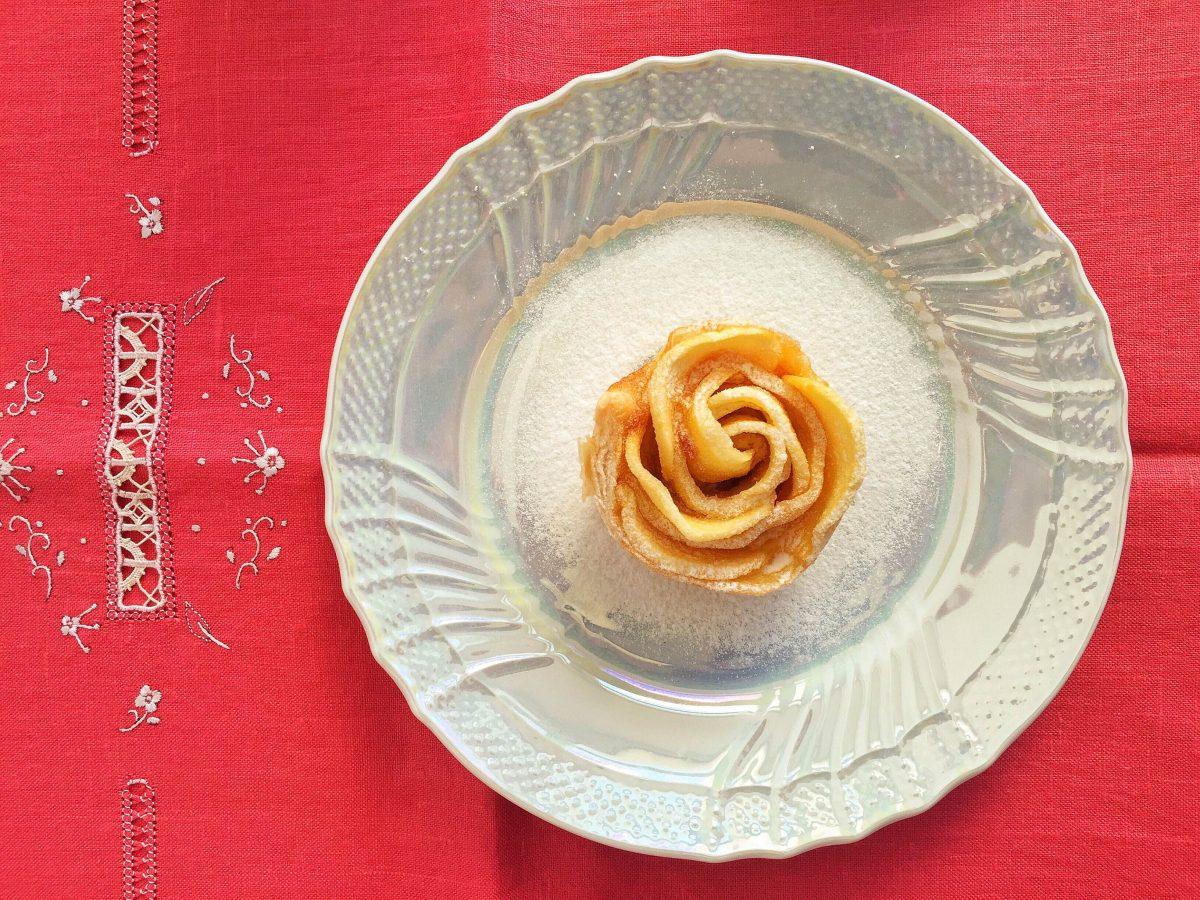 Rose di pasta sfoglia con mele e cannella