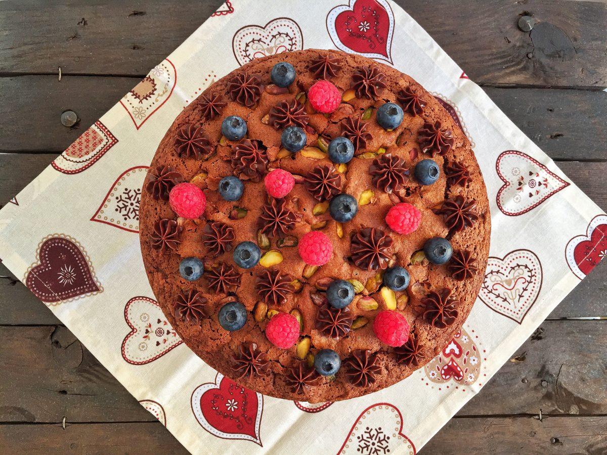 Torta al cioccolato, pistacchi e frutti rossi