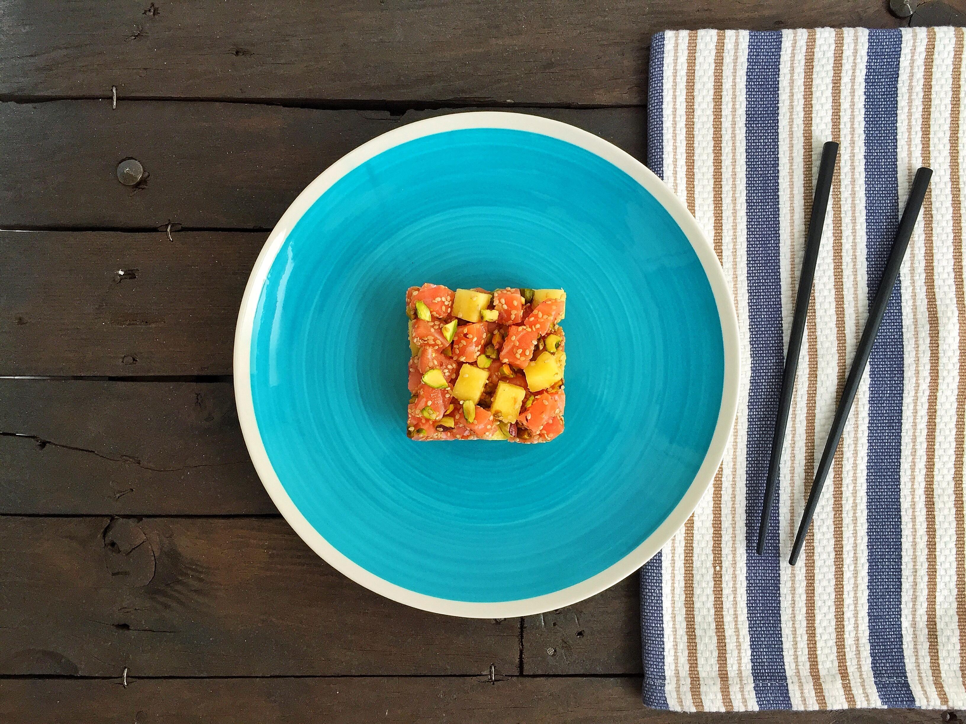 Cubetti di salmone con ananas, pistacchi e sesamo