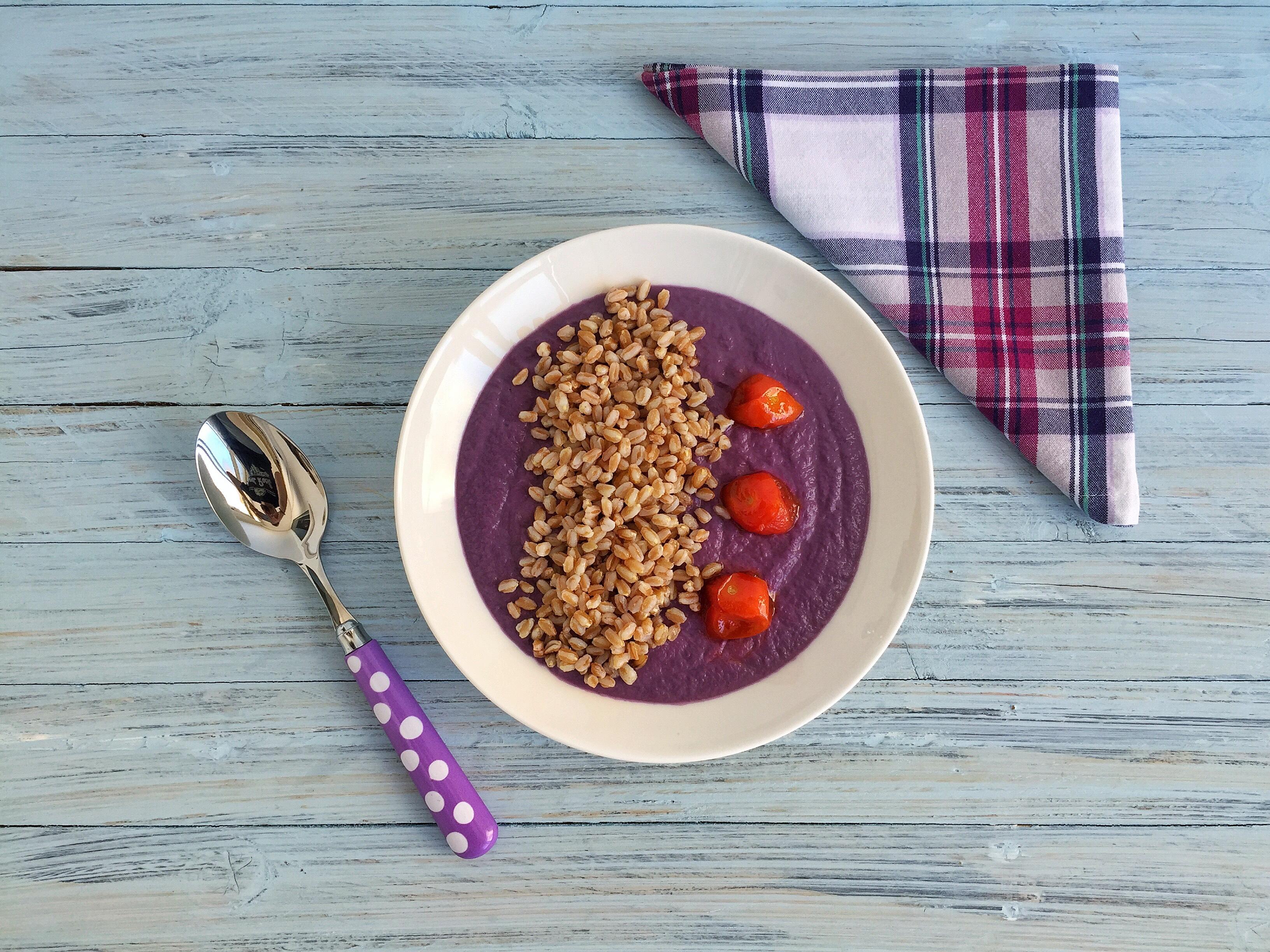 Crema di verza viola con farro e pomodorini caramellati