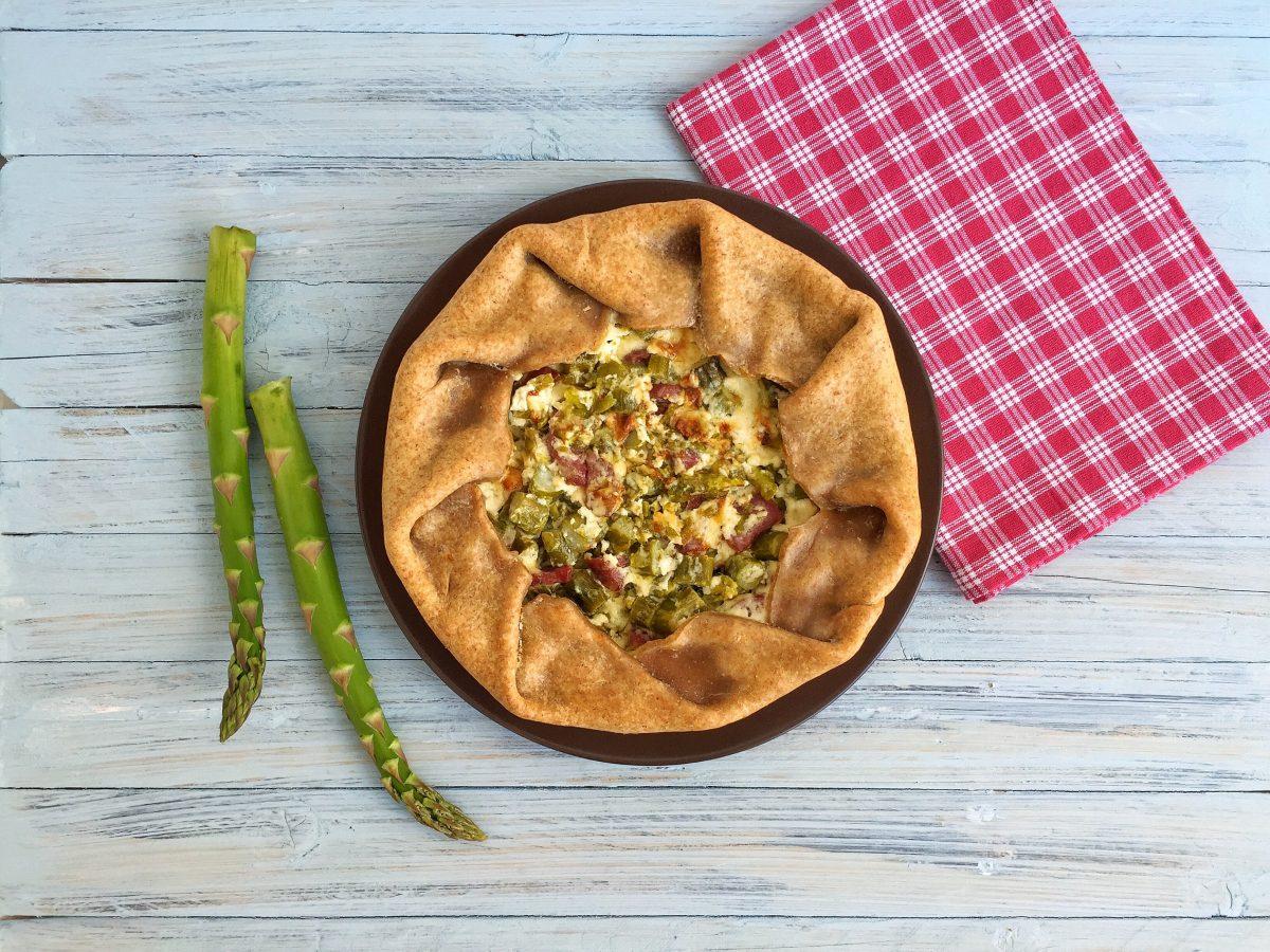 Torta con asparagi e salamino