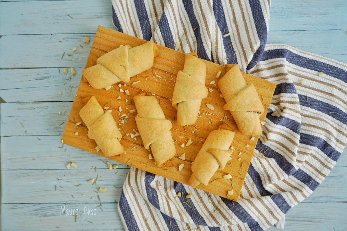 Cornetti salati al rosmarino con mandorle e olive