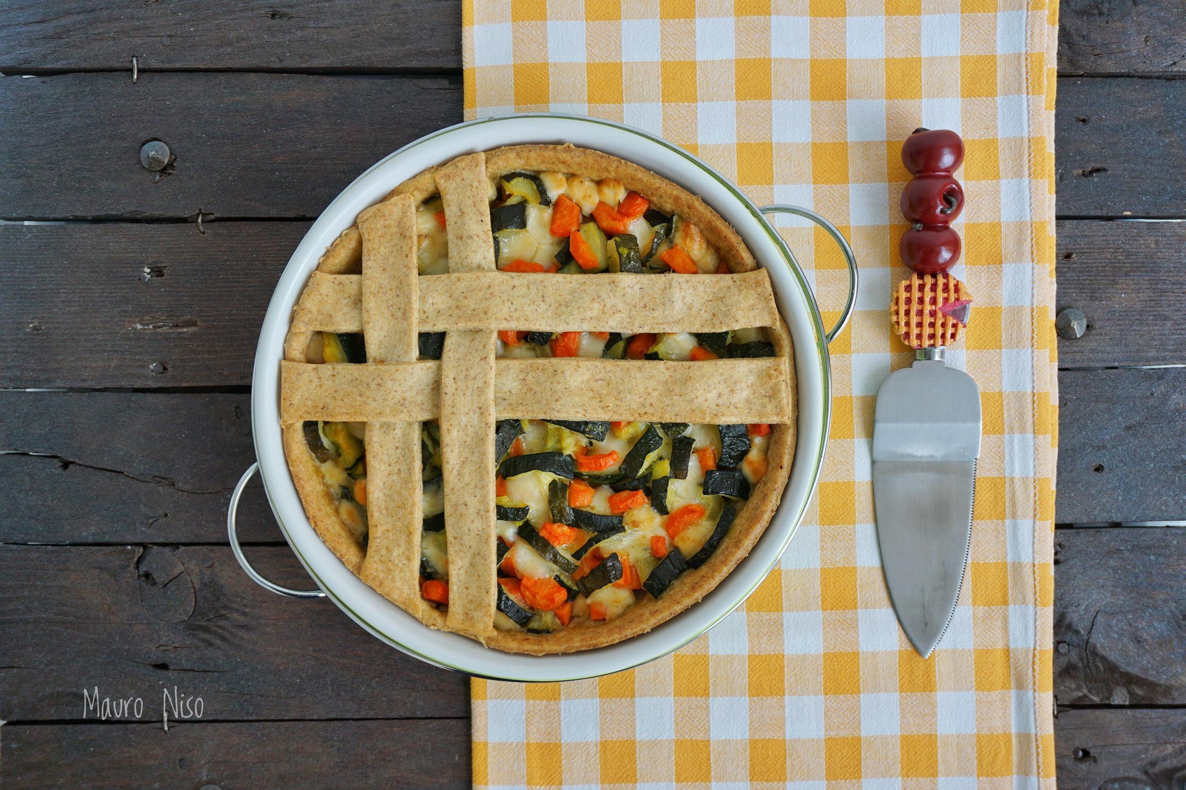 Torta salata con zucchine, carote e provolone