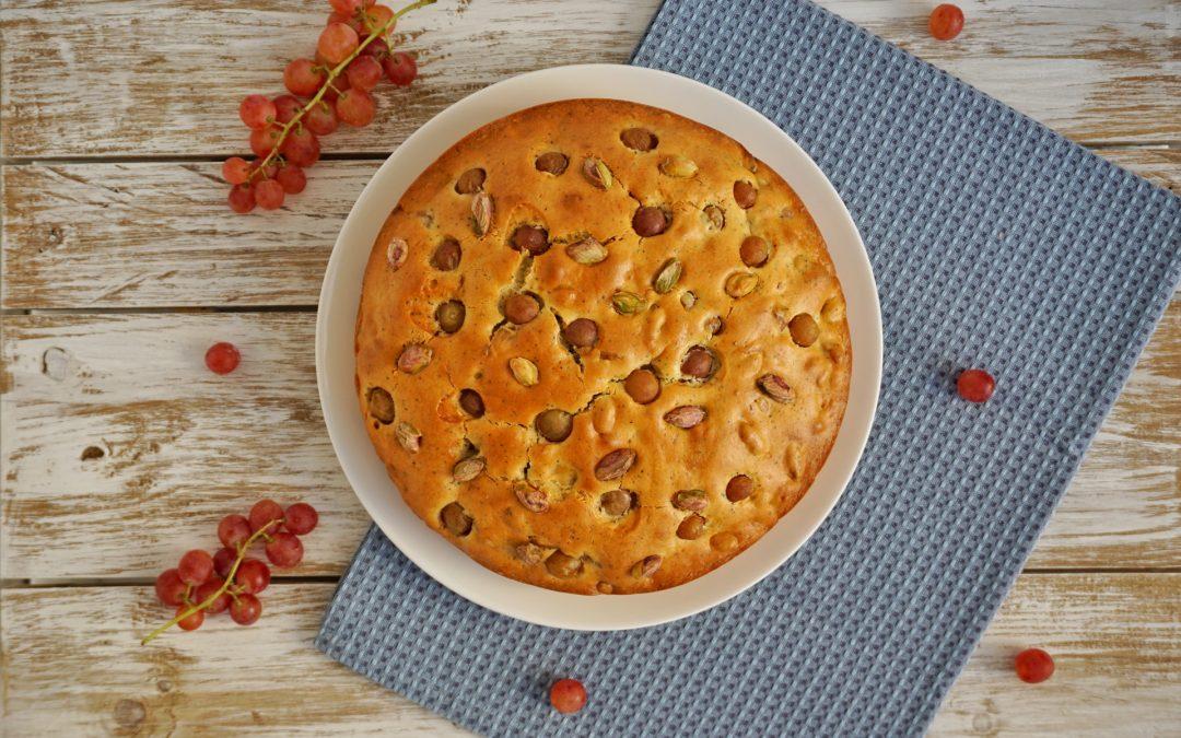 Torta con uva fragola e pistacchi salati