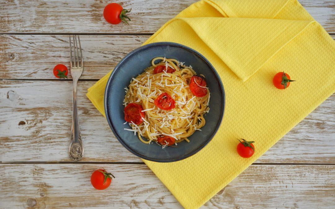 Spaghetti con pomodori al forno e cacioricotta