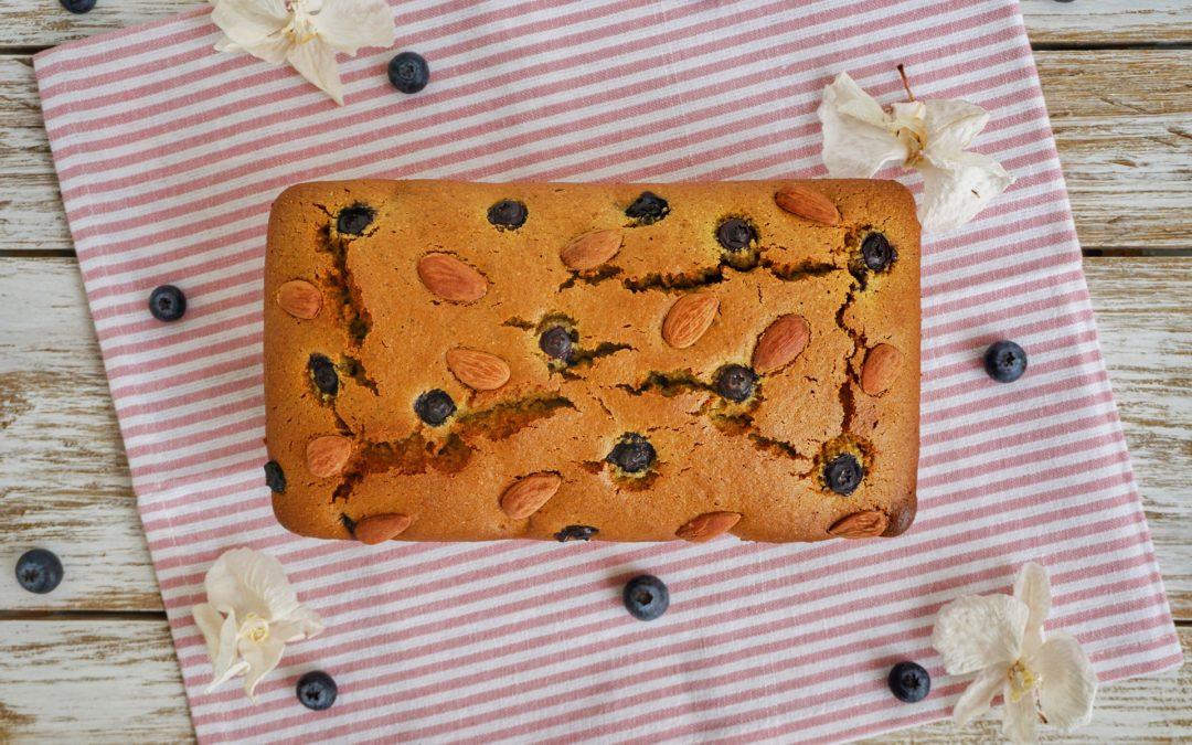Plumcake con farina di piselli, mirtilli e mandorle