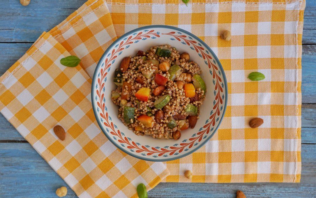 Grano saraceno con zucchine, frutta secca e pesche
