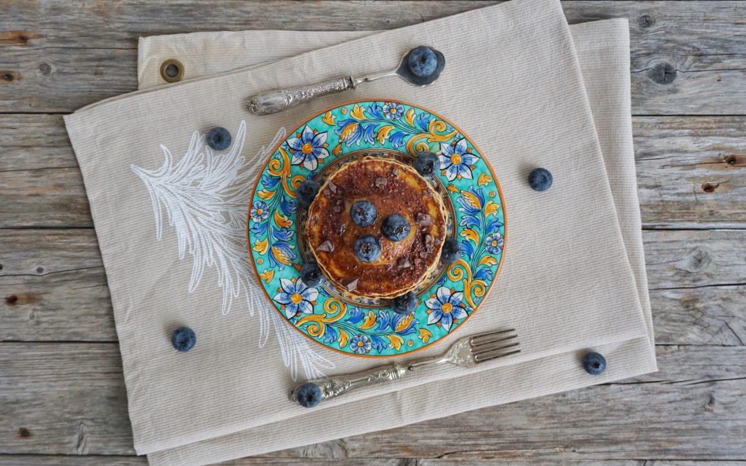 Pancake con crema di cachi, cioccolato e mirtilli