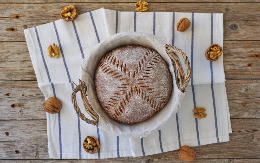 Pane soffice con barbabietola rossa e noci